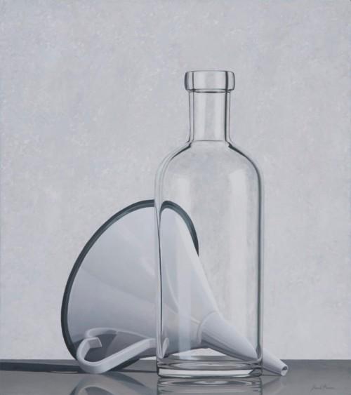 Compositie met trechter en doorzichtige fles