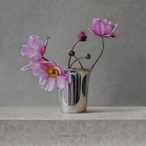 Roze herfstanemonen in zilveren bekertje