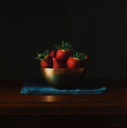 Aardbeien in een gouden schaaltje