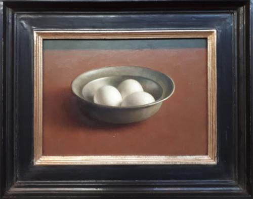 Tinnen schaal met eieren
