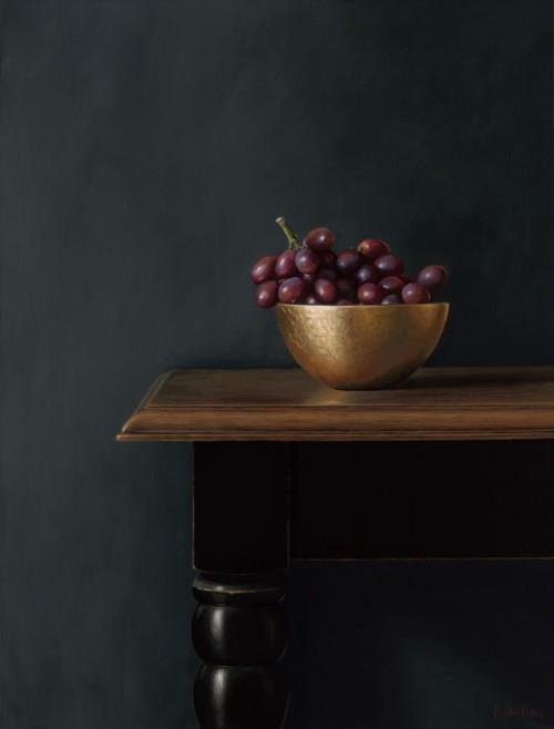 Rode druiven in een gouden kom
