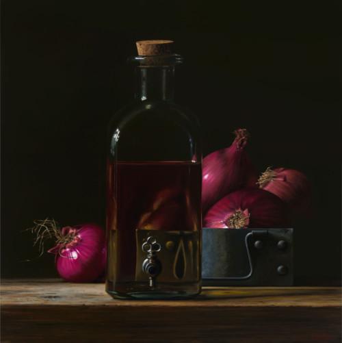 Fles olie met rode uien